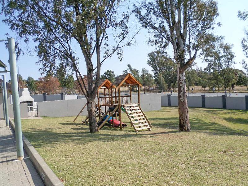 Property For Sale in Honeydew Ridge, Roodepoort 12